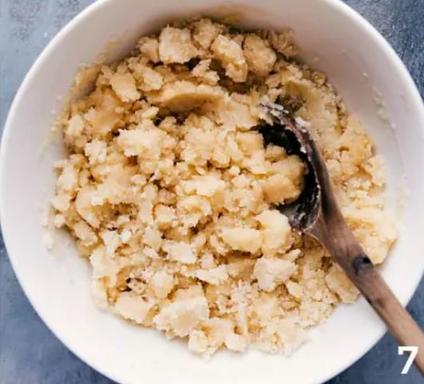 Готовлю десерт из персиков с корицей, мускатным орехом и ванильным топингом: гости в восторге от такого угощения