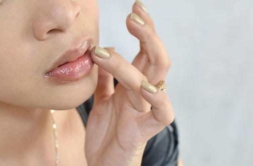 Заметила, что во многих блесках для увеличения губ есть один и тот же элемент: теперь стала придавать им объем за  три копейки  (рабочий способ)