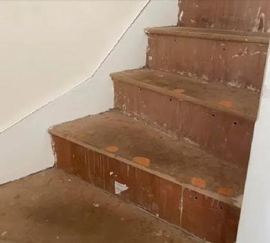 Копила на ковер для лестницы, но решила покрасить ее краской: выглядит дорого богато, а стоит копейки