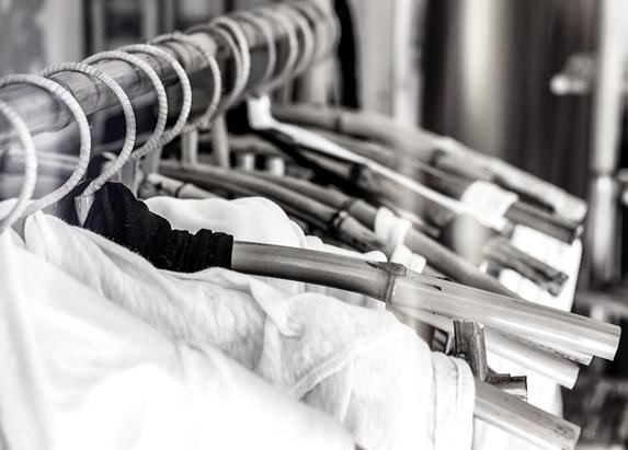 Многие женщины хотят собрать черно-белый гардероб, но на практике не знают, что купить. Помимо классики нужно обязательно иметь