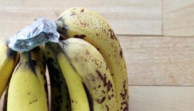 В соцсетях женщина рассказала, что перезрелые бананы еще можно спасти для смузи, если заморозить
