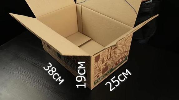 Понадобятся картонная коробка, остатки обоев и клей: делаем органайзер для косметики своими руками