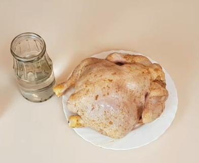 Сложности ни к чему. Знакомый шеф повар рассказал о нескольких простых способах подготовки курицы к запеканию