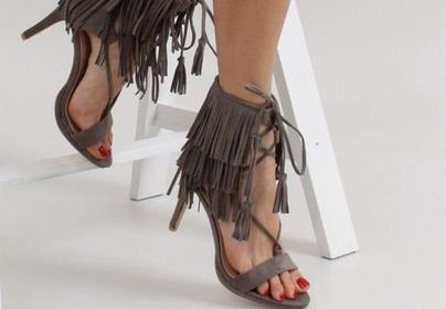 Босоножки с бахромой или рюшами и балетки с лентами: какая обувь будет модной этим летом