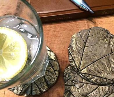 Собрала на улице листья, замесила раствор и сделала необычные подставки для стаканов: фото