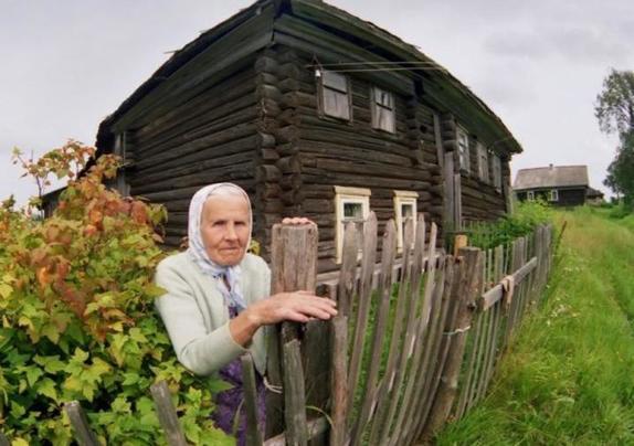 Бабушка показала, как защитить дом от негатива. Она взяла красную свечку, чеснок и соль