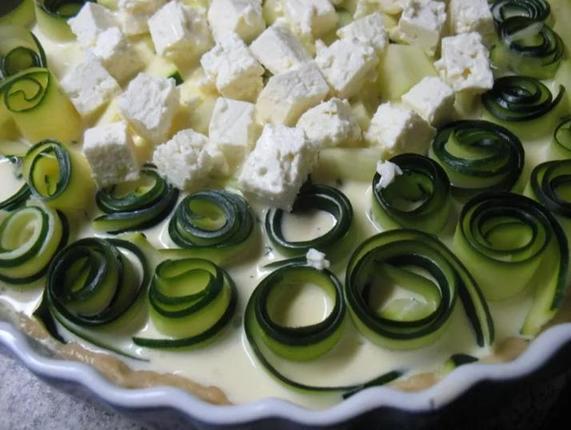 На даче выросло много кабачков. Спасибо свекрови, научила готовить из них пирог с сыром и зеленью