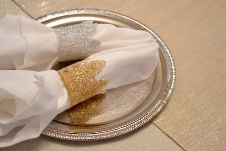 Сделала для праздничных застолий красивые кружевные кольца для салфеток. Способ простой, а результат очень впечатляет