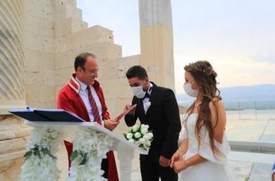 Свадьба на рабочем месте: турецкие археологи поженились в древнем городе, которому 7500 лет