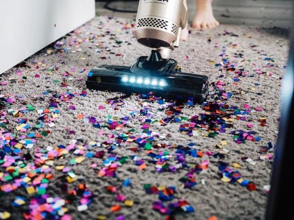 Неправда, что заморозка одежды уничтожит микробы: 6 мифов об уборке, которые не работают, и 2, что сработают