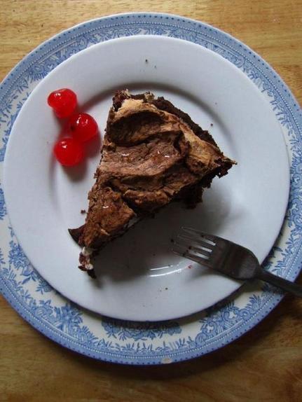 К семейному празднику приготовила ароматный пирог с вишней и шоколадным безе
