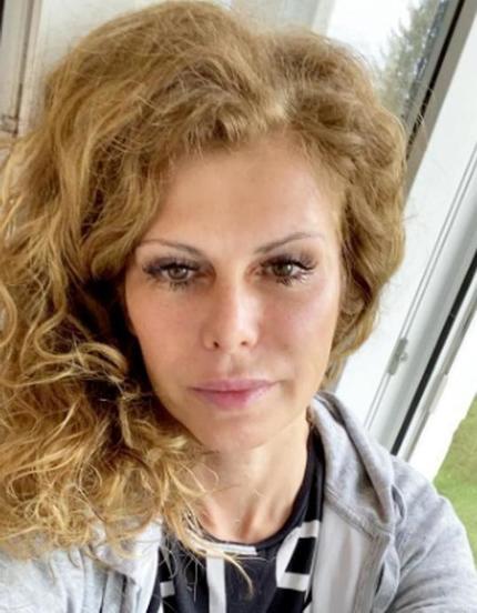 Милая львица . Актриса Регина Мянник показала, как выглядят ее роскошные волосы без укладки