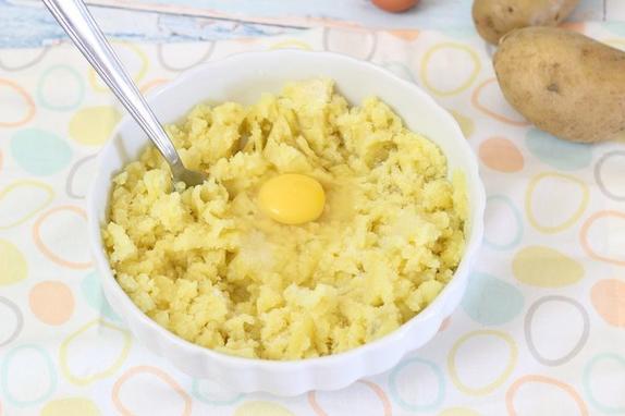Рецепт пирожков из картошки с сыром для самых ленивых хозяюшек нередко выручает меня по утрам