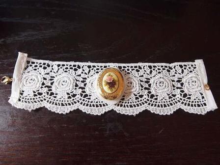 На свадьбу или другое торжество: я смастерила уникальный и очень красивый браслет из кружева и памятного медальона