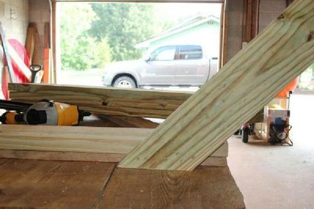 Заменили дверь сарая на новую, а из старой муж сделал уличный стол