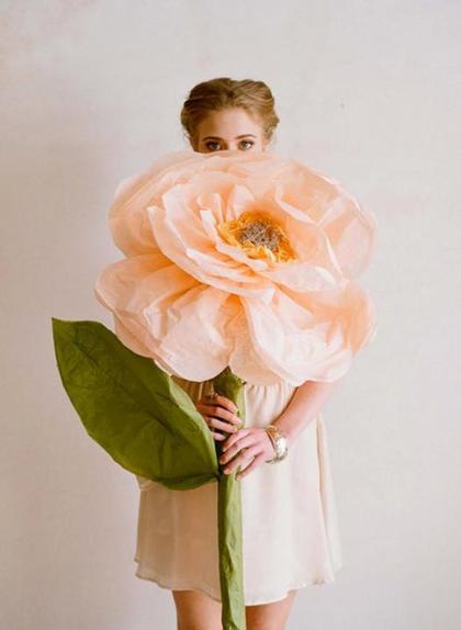 Для красивой праздничной фотосессии я сама сделала большие нежные цветы из бумаги: получилось невероятно красиво и эффектно