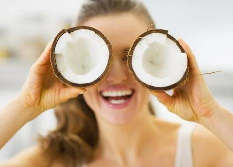 Целый месяц наносила кокосовое масло на лицо: теперь морщины вокруг глаз - не моя головная боль