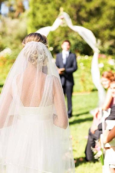 Невеста пожаловалась, что сестра не хочет надевать выбранное для нее на свадьбу платье (но в Сети девушку поддержали)