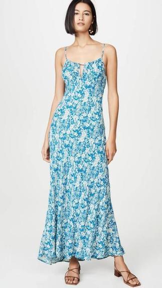 Новая тенденция летнего платья проста, повседневна и универсальна: сарафан с регулирующимися бретелями-спагетти