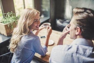 Расспросим, пофлиртуем, удивим: уловки привлекательных женщин в общении с мужчинами