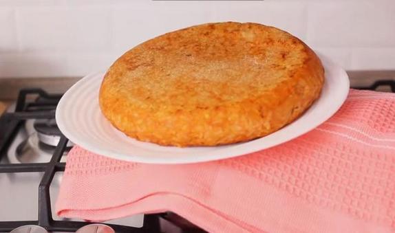 Простой рисовый пудинг с обильной сырной прослойкой: к такому блюду даже мясо можно не готовить