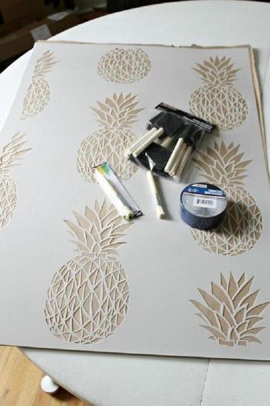 Решила обновить в прихожей скучную стену: взяла яркие краски и трафарет в форме ананаса