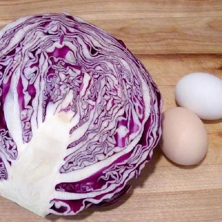 Вы когда нибудь завтракали зеленой яичницей? Красная капуста   натуральный краситель, который сделает ваш завтрак ярким и необычным
