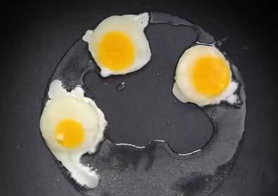 Креативные идеи с куриными яйцами: мини яичницы из замороженного продукта