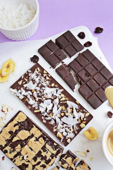 Научилась готовить домашние шоколадные плитки: они с низким содержанием сахара и разными вкусными добавками