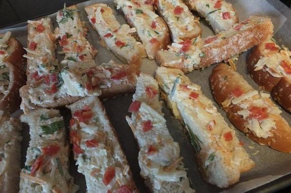 Хлебные палочки с сыром, салями и чесноком: рецепт вкусных снеков