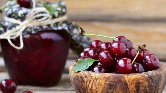 Абрикосовое, клубничное и вишневое: закатываю варенье, но ягоды не варю. Делюсь рецептами