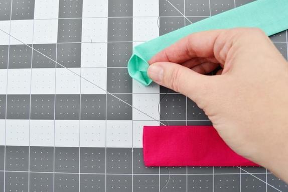 Как из любого кусочка ткани сшить мягкую резинку для волос. Я быстро научилась делать это