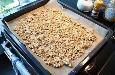 Подруга дала рецепт домашней гранолы, а я решилась попробовать: оказалось очень просто и вкусно