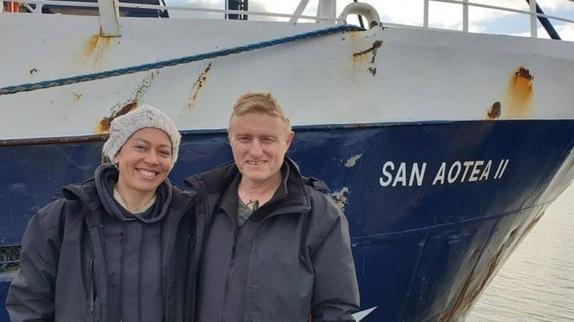 Медовый месяц превратился в морское приключение для влюбленных, когда вирус сорвал их планы возвращения домой