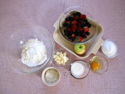 Ягоды и фрукты смешиваю с сахаром, а сверху кладу кусочки сырого теста и выпекаю. Получается очень вкусный пирог