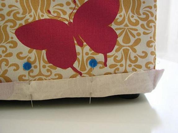 Для старого пуфика я сшила чехол из очень красивой ткани. Он преобразился и стал акцентом в интерьере