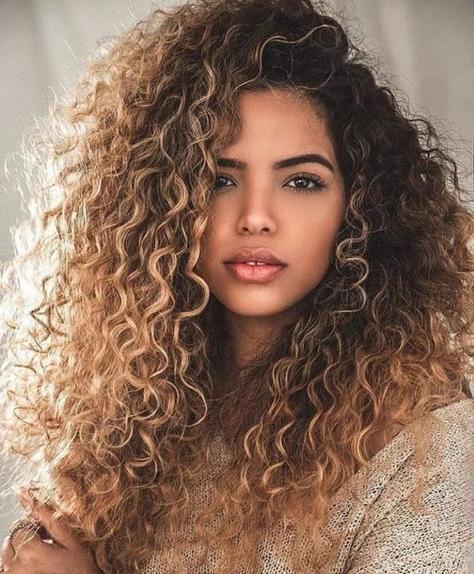 Не забывать стричь кончики: звездный парикмахер рассказал, как отрастить кудрявые волосы
