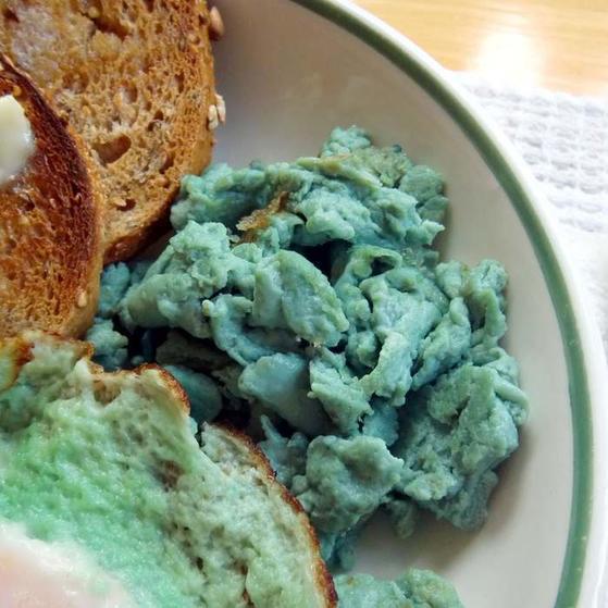 Вы когда-нибудь завтракали зеленой яичницей? Красная капуста - натуральный краситель, который сделает ваш завтрак ярким и необычным