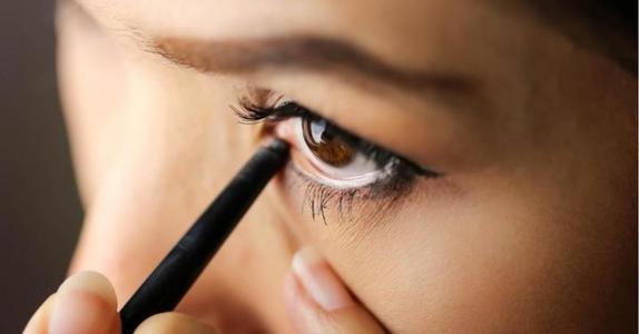 Черный карандаш, темная помада и не только: как неправильный макияж может накинуть несколько лет
