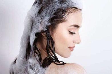 Сделать волосы более живыми и свежими можно, если мыть голову, начав с кондиционера и закончив шампунем