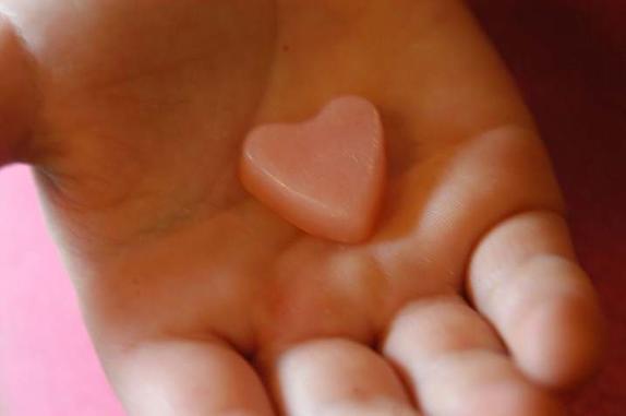 За кожей ухаживаю с помощью замороженного лосьона: увлажняющие кубики делаю из натуральных ингредиентов
