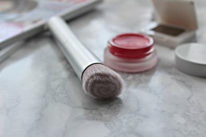 Вогнутая, массажная и с щетинками разной длины: самые необычные кисти для макияжа и функции, которые они выполняют