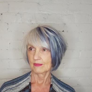 Женщинам в возрасте лучше не гоняться за трендовыми оттенками, когда дело доходит до волос: не стоит допускать и других частых ошибок