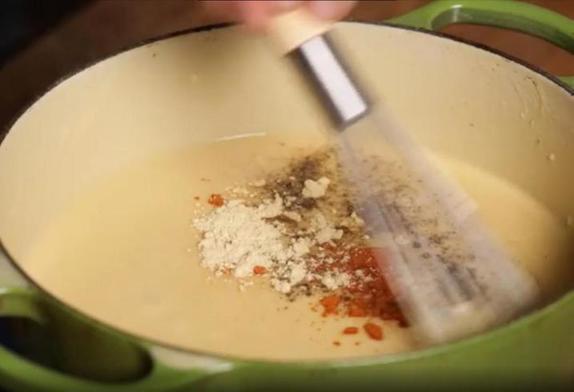 Когда к мужу приходят друзья, готовлю им жареные крендельки под сыром: специальное тесто не замешиваю, покупаю