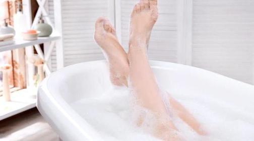 Сегодня узнала, что раньше неправильно принимала ванну: дерматолог посоветовала не добавлять в воду эфирные масла, а заменить их овсянкой
