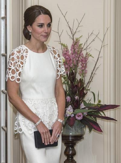 Кейт Миддлтон в платье - олицетворение женственности: незаслуженно забытые образы герцогини (фото)