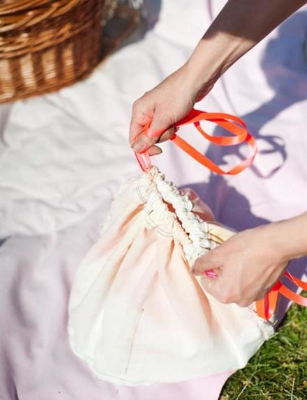 Для летних пикников сшила удобный мешочек: в нем есть место для приборов, а носить можно как сумку или поместить в корзинку