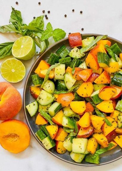 Персики, огурец и зеленый соус. Идеальный салат для жаркой погоды (иногда использую вместо гарнира)