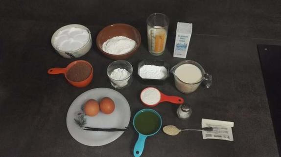 Шоколадный пирог без глютена: украшаю лакомство свежими ягодами и взбитыми сливками