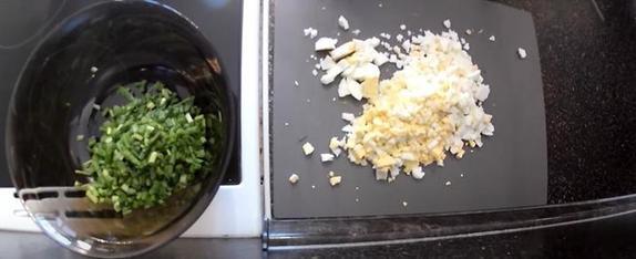 Настолько просто, что справится даже ребенок. Простой рецепт наливного пирога с яйцом и зеленым луком